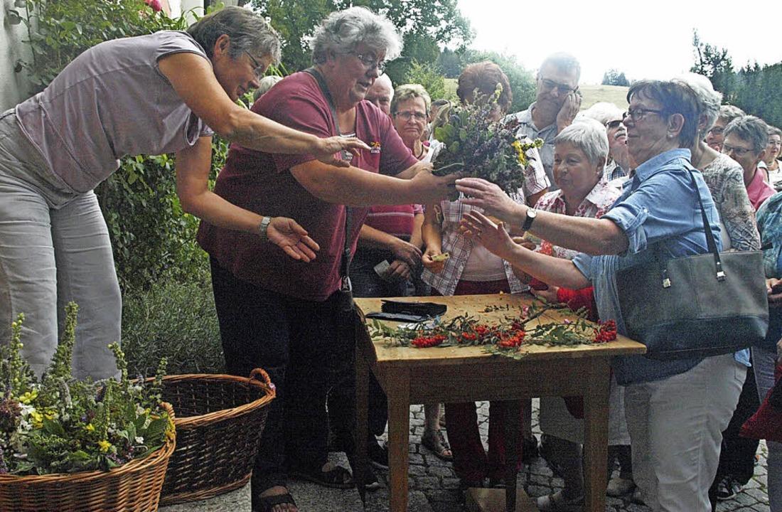 Der Ansturm auf die Kräuterbüschel der...ar auch in diesem Jahr wieder gewaltig    Foto: Karin Stöckl-Steinebrunner