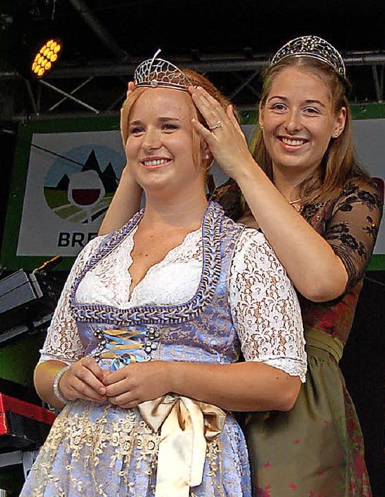 Vorgängerin krönt Nachfolgerin: Miriam...sgauer Weinprinzessin Claudia Vetter.   | Foto: Ringwald