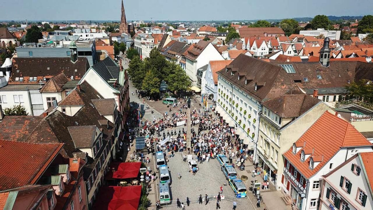 In Offenburg trafen 200 bis 300 AfD-An...so große Gegendemonstration. Offenburg    Foto: Michael Saurer