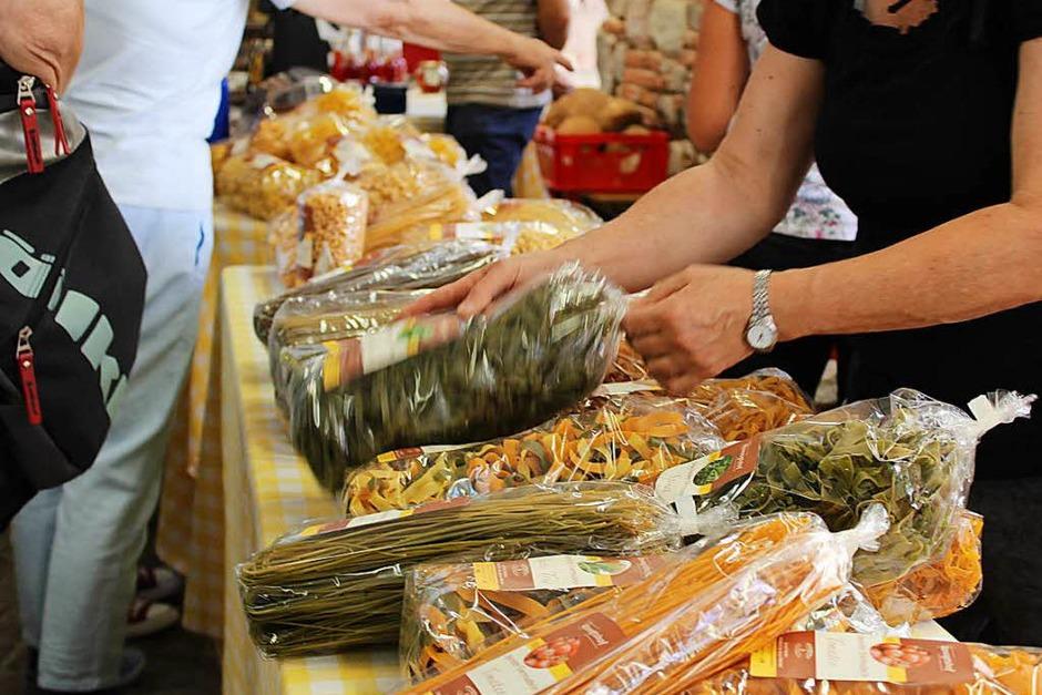 Auf große Besucherresonanz stieß der 5. Kräuter- und Bauernmarkt rund um die Klosterschiire in Oberried. (Foto: Erich Krieger)