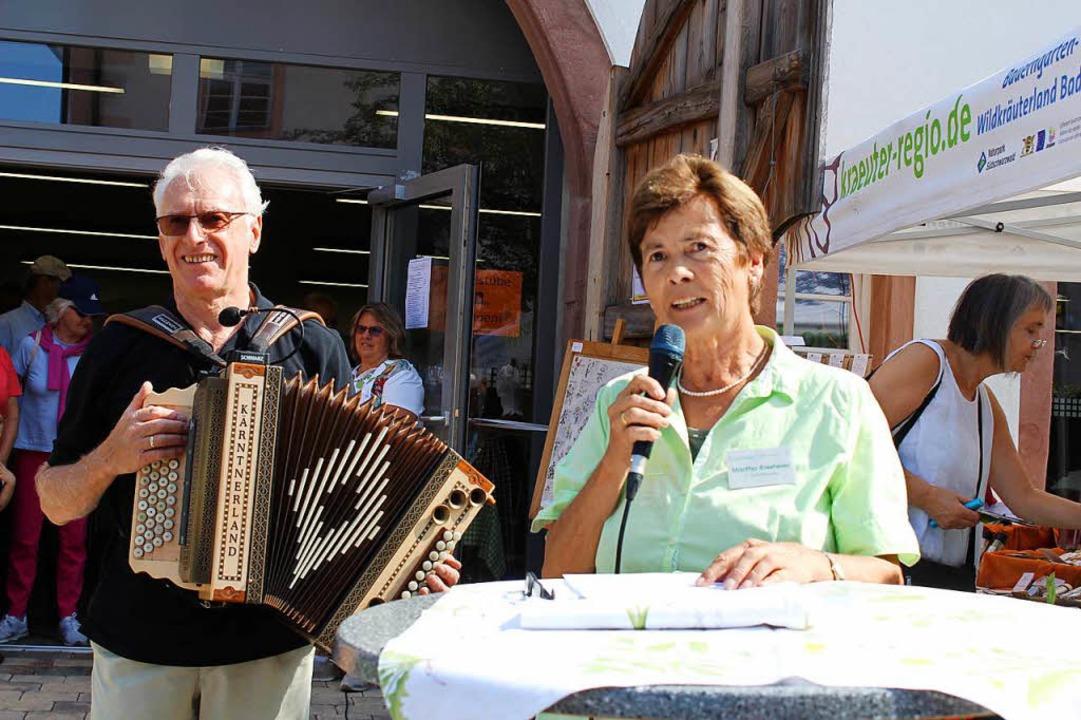 Martha Riesterer eröffnet den t5. Kräuter- und Bauernmarkt in Oberried.    Foto: Erich Krieger
