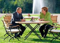 Merkel und Putin besprechen sich in Meseberg länger als geplant