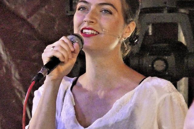 Nadine Stöneberg unterhält mit Schlagern und Chansons