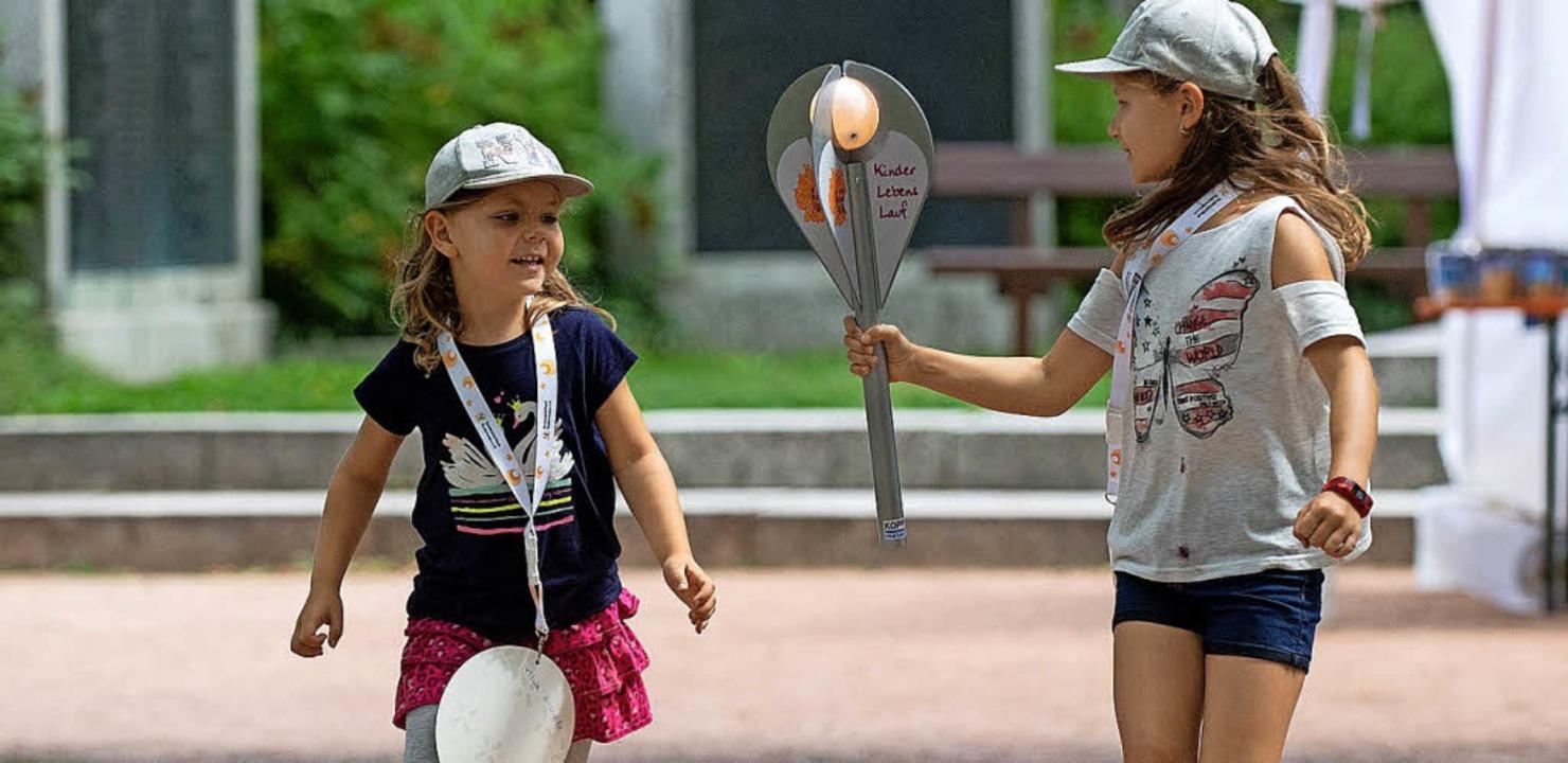 Staffelübergabe beim Kinder-Lebens-Lauf    Foto: Wolfgang Scheu