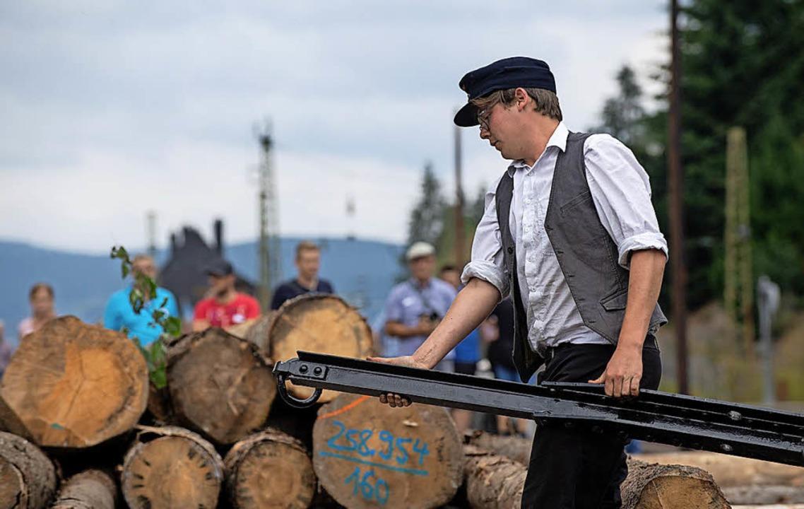 Holzverladung wie in früheren Zeiten  | Foto: Wolfgang Scheu