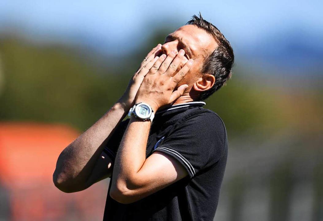 Manchmal kann auch der Trainer nicht m...er Seitenlinie mit seiner Mannschaft.   | Foto:  SEEGER