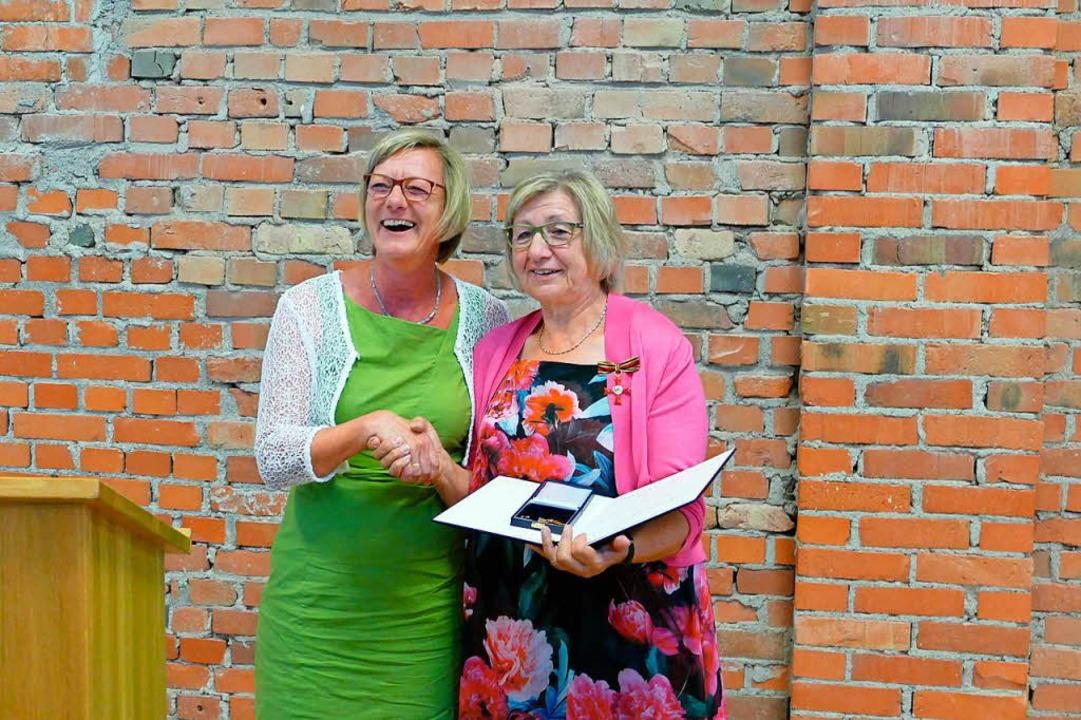 Finanzministerin Edith Sitzmann freut ...an Roswitha Heitzler mit der Geehrten.  | Foto: Manfred Frietsch