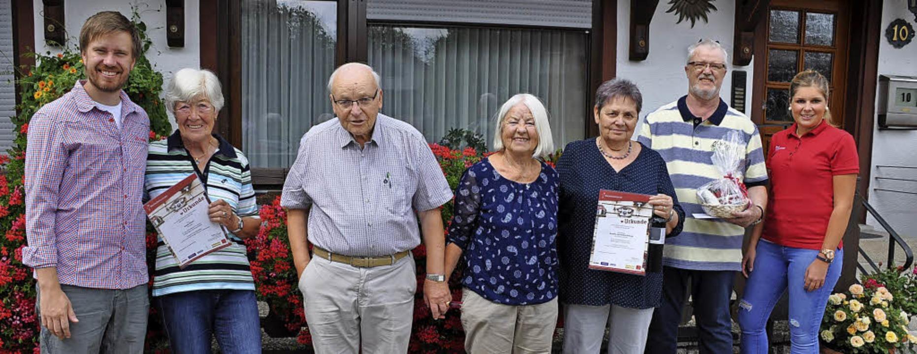 Gästeehrung im Hause Schropp (von link...mal) und Corinne Herzog von der  HTG.   | Foto: Ursula Ortlieb