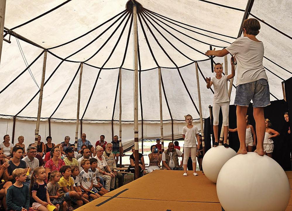Tolle Zirkusatmosphäre zauberten junge...vor reichlich Publikum auf die Bühne.   | Foto: Jutta Schütz