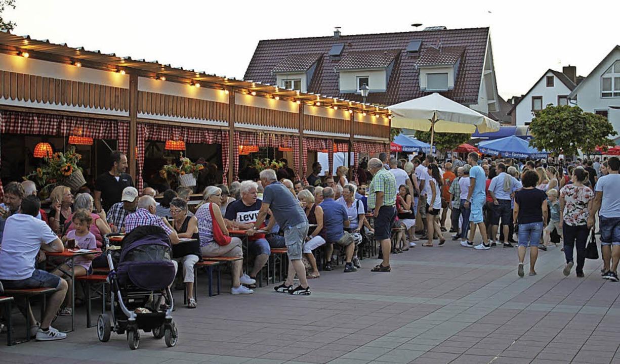 Volle Hütte hieß es noch einmal am Mon...letzten Tag des Wein- und Gassenfests.  | Foto: Adelbert Mutz
