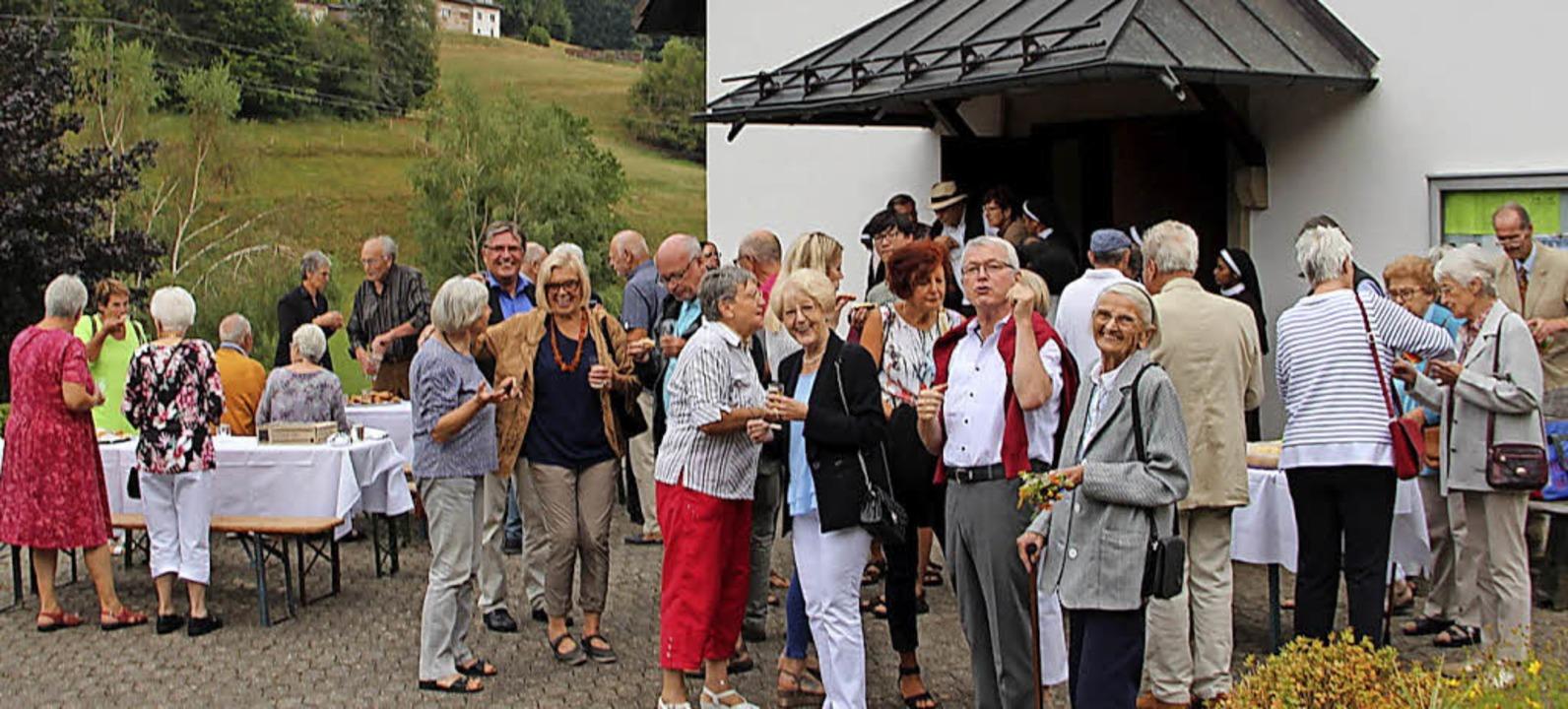Patroziniumsfeier der katholischen Mar... nach dem Gottessdienst vor der Kirche  | Foto: Rolf-Dieter Kanmacher