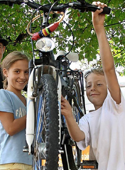 Anna-Lena und Juri erfuhren beim Ferie...0;, wie man das eigene  Rad fit macht.    Foto: Lacher