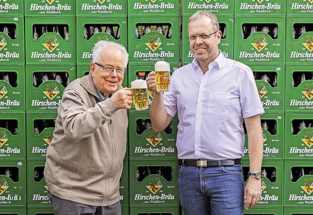 Seniorchef Bernhard Neff und sein Sohn...umeister, stoßen auf das Jubiläum an.   | Foto: Brauerei