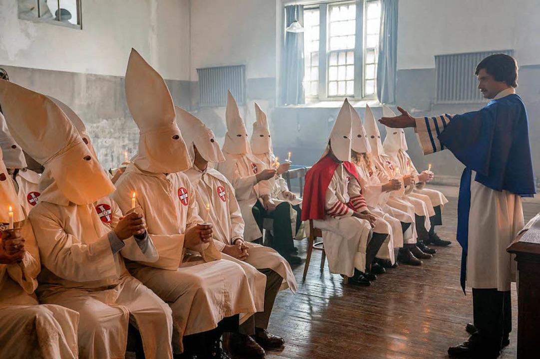 befremdliches Ritual: Die Klan-Ritter ... ihres neuen Mitglieds Ron Stallworth   | Foto: dpa