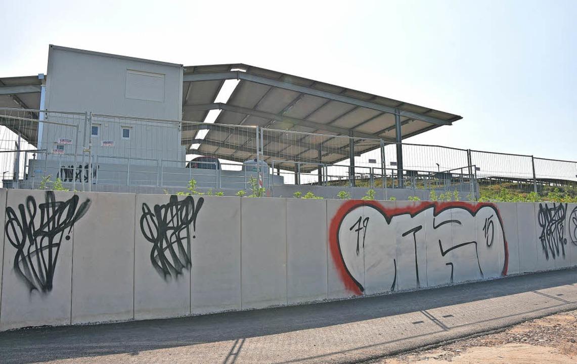 Schmierereien  verunstalten die Fassad...rn bei der Recyclinganlage in Herten.   | Foto: Heinz Vollmar