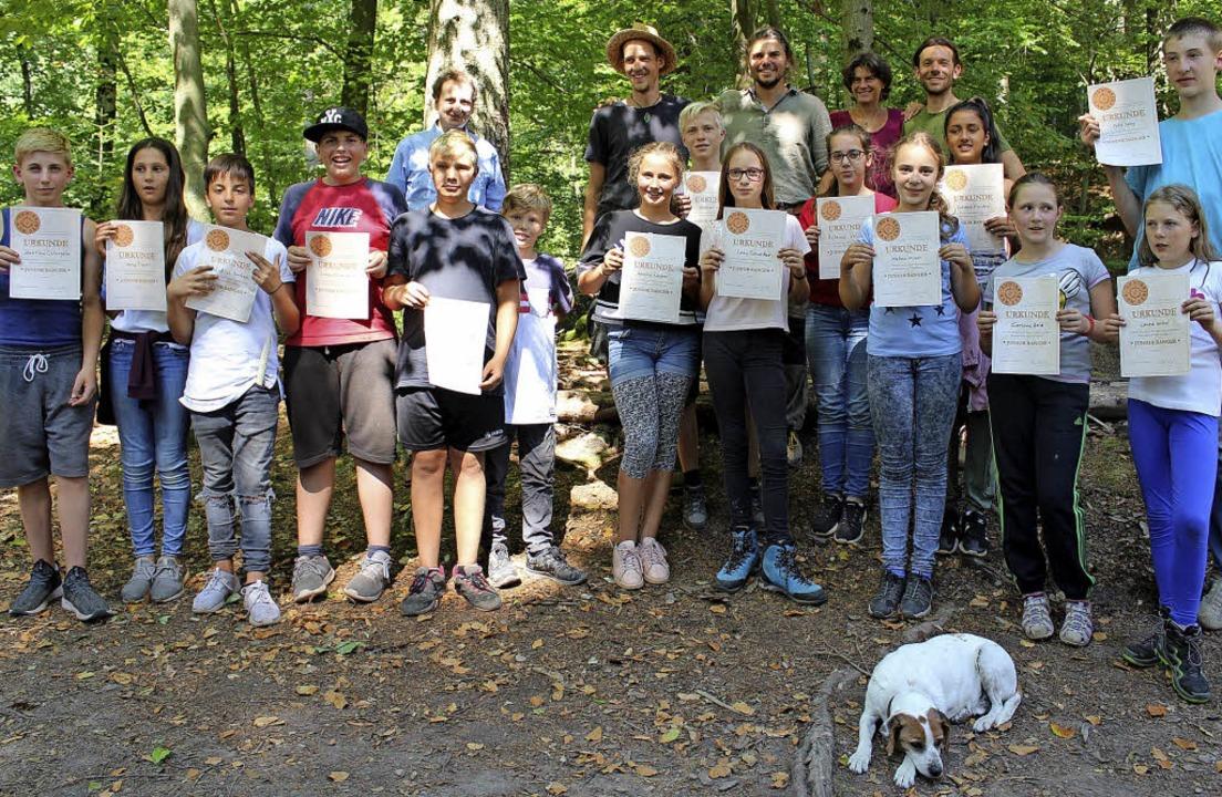 Stolz auf ihre Urkunden sind die 15 Ju...amtes im Wald in Freiamt dabei waren.   | Foto: Landratsamt/Ulrich Spitzmüller