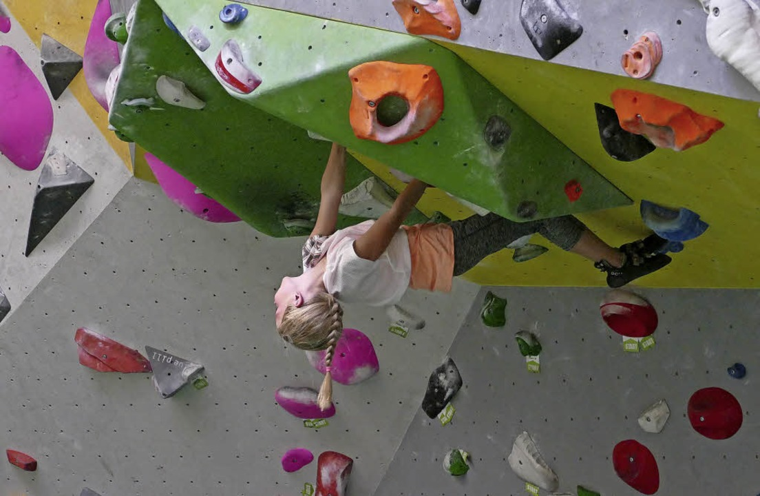 Mutig erklimmen die Kinder  die Kletterwand – Farbstein für Farbstein.  | Foto: Miriam Theilacker