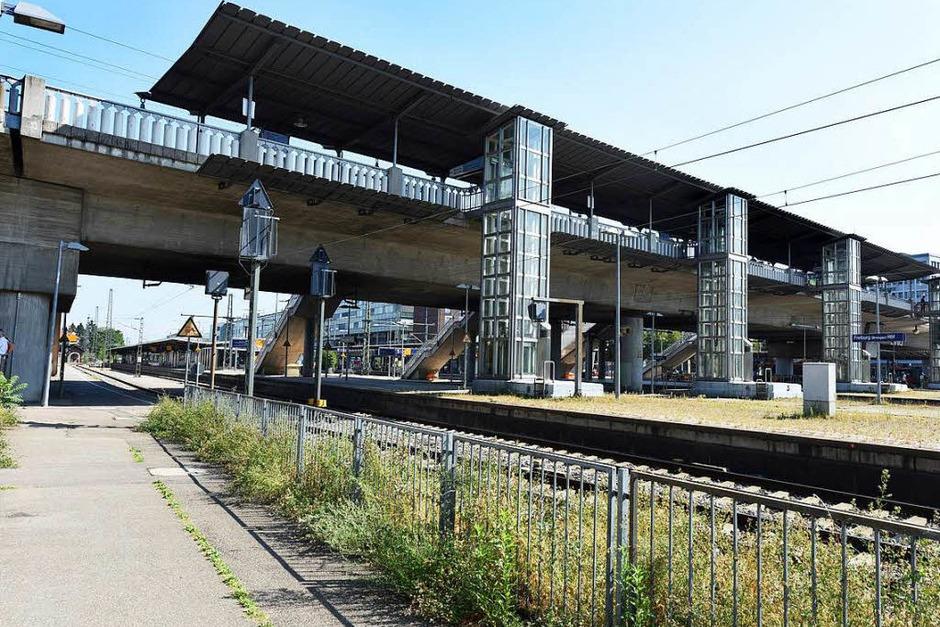 Die Spannbetonbrücke führt über die Gleise des Hauptbahnhofs Freiburg. (Foto: Rita Eggstein)