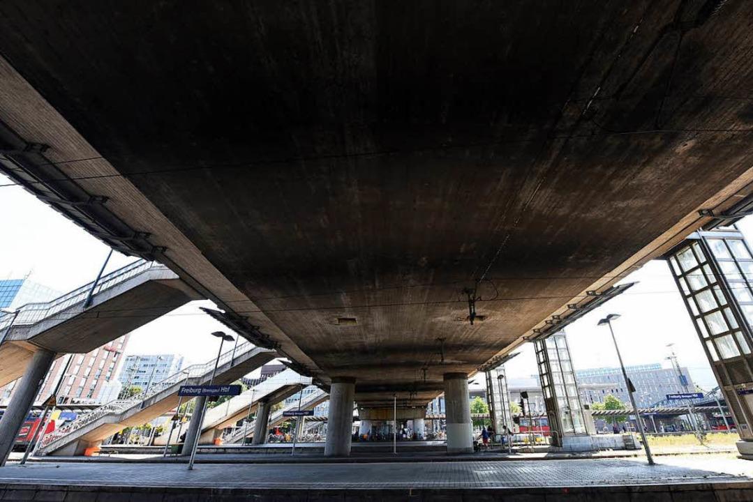 Der Beton der massiven Stadtbahnbrücke bröckelt, weil Wasser eindringt.  | Foto: Rita Eggstein