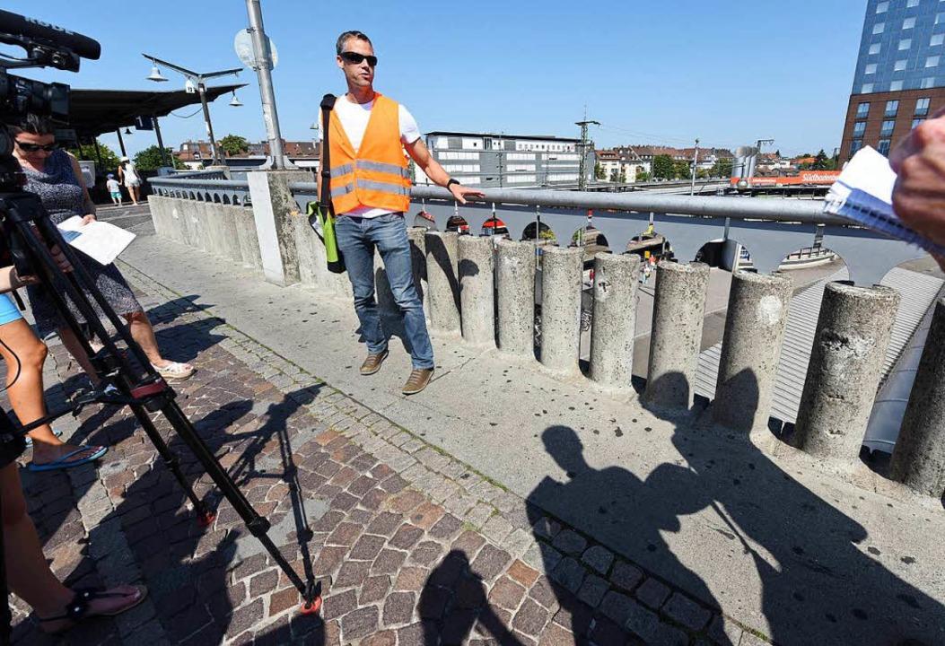 Amtsleiter Frank Uekermann zeigt die Problemstellen.  | Foto: Rita Eggstein