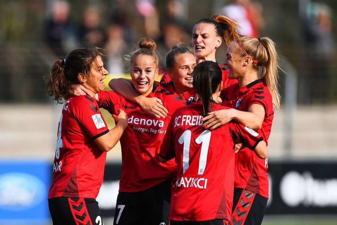 Keine Angst vor den Großen: Giulia Gwi...nks) bejubelt ihr 1:0 gegen Wolfsburg.  | Foto: Patrick Seeger