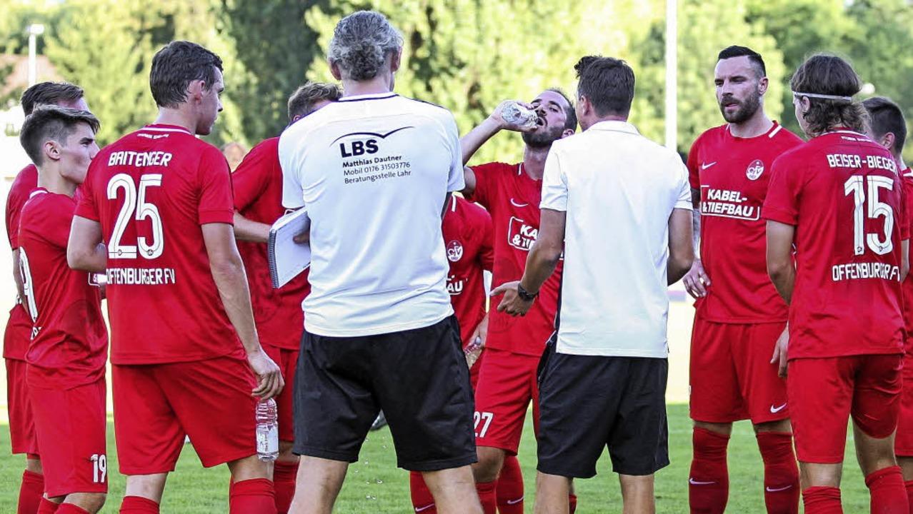 Coach Florian Kneuker (Vierter von rechts) im Fachgespräch mit den OFV-Kickern.   | Foto:  Alexandra Buss