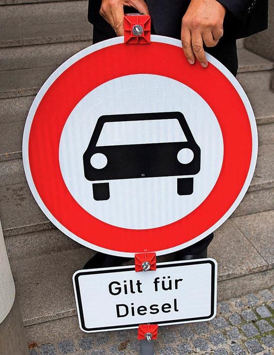 Wegen der Schadstoff-Belastung wird über Diesel-Fahrverbote diskutiert.   | Foto: DPA
