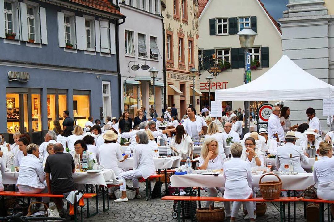 Vom Start weg beliebt: White Dinner in der Offenburger Innenstadt.  | Foto: Julia Trauden