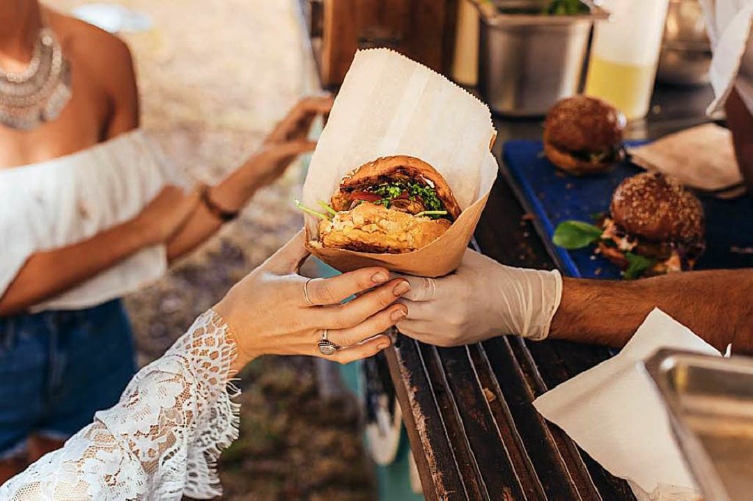 Burger gibt's beim Street-Food-M...er Messen natürlich auch (Symbolbild).  | Foto: Jacob Lund (Adobe Stock)