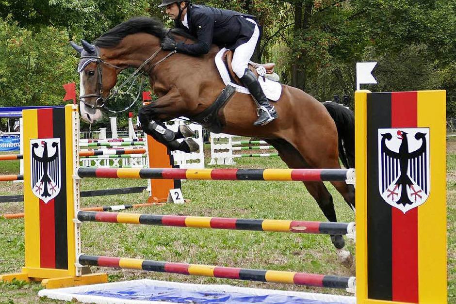 Noch bis Sonntag steht der Bad Krozinger Kurpark ganz im Zeichen des Pferdesports. Beim Vita-Classica-Springturnier gibt sich die Reiterelite Südbadens in gepflegter Atmosphäre ein Stelldichein und ist ganz entspannt. (Foto: Hans-Peter Müller)