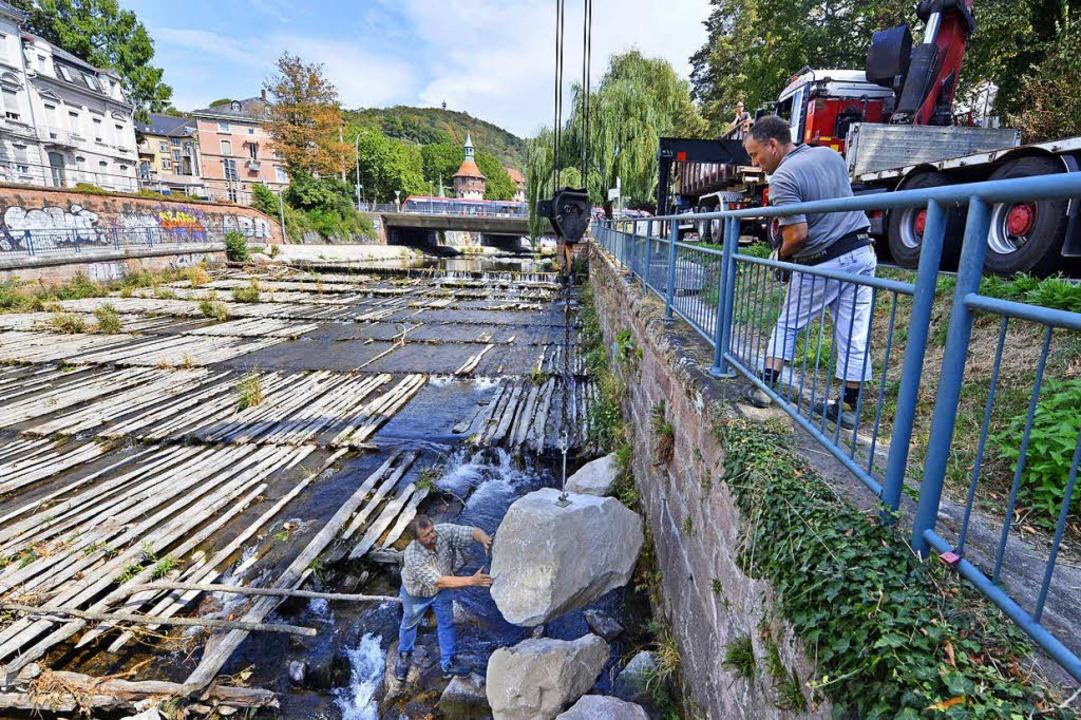 Mit tonnenschweren Findlingen soll die...erheit der Ufermauer geschützt werden.    Foto: Michael Bamberger