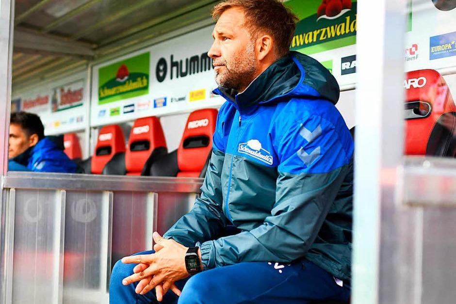 Neues Gesicht auf der Bank: Christian Streich fiel zum ersten Mal in seiner Amtszeit aus, daher nahm Lars Vossler auf der Bank Platz. (Foto: dpa)