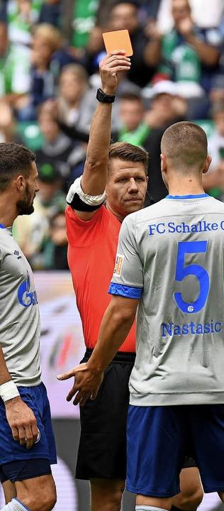 Schiedsrichter Patrick Ittrich zeigte ...tudium der Videobilder die rote Karte.  | Foto:  dpa