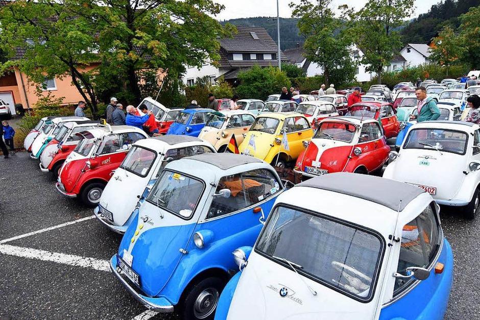 Stolz präsentierten 175 Isettabesitzer ihre Knutschkugeln vor der Reichenbacher Geroldseckerhalle. (Foto: Wolfgang Künstle)
