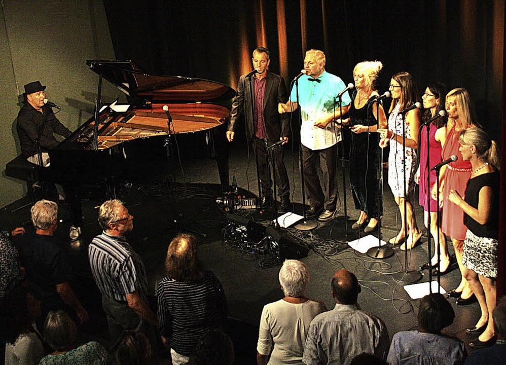 Hutch Hensle am Piano und La Dolce Cor...ten auf der Bühne der Riegeler Kumedi.    Foto: Christiane Franz