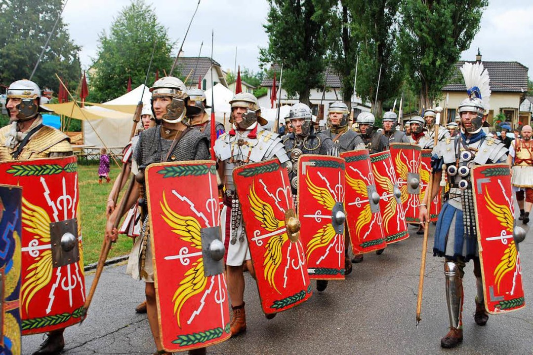 Retro! Legionäre marschieren auf.  | Foto: Thomas Loisl Mink