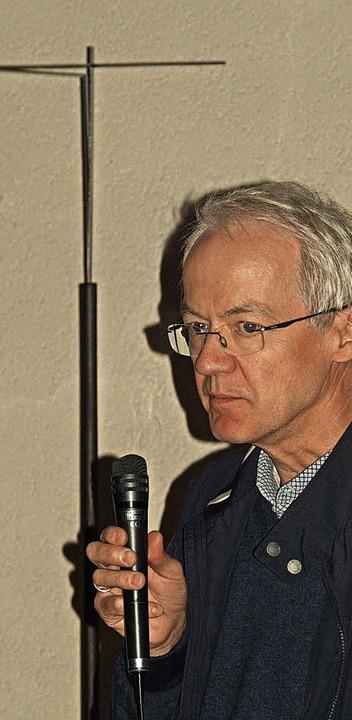Zur Eröffnung des fünften Görwihler Ku... sein preisgekröntes Vortragekreuz vor  | Foto: Karin Stöckl-Steinebrunner