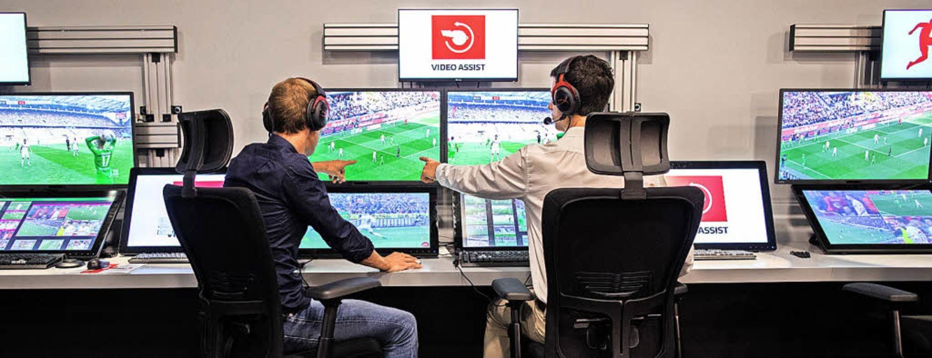 Was machen die nur? Die Kritik kocht gleich am ersten Spieltag wieder hoch.   | Foto: DPA