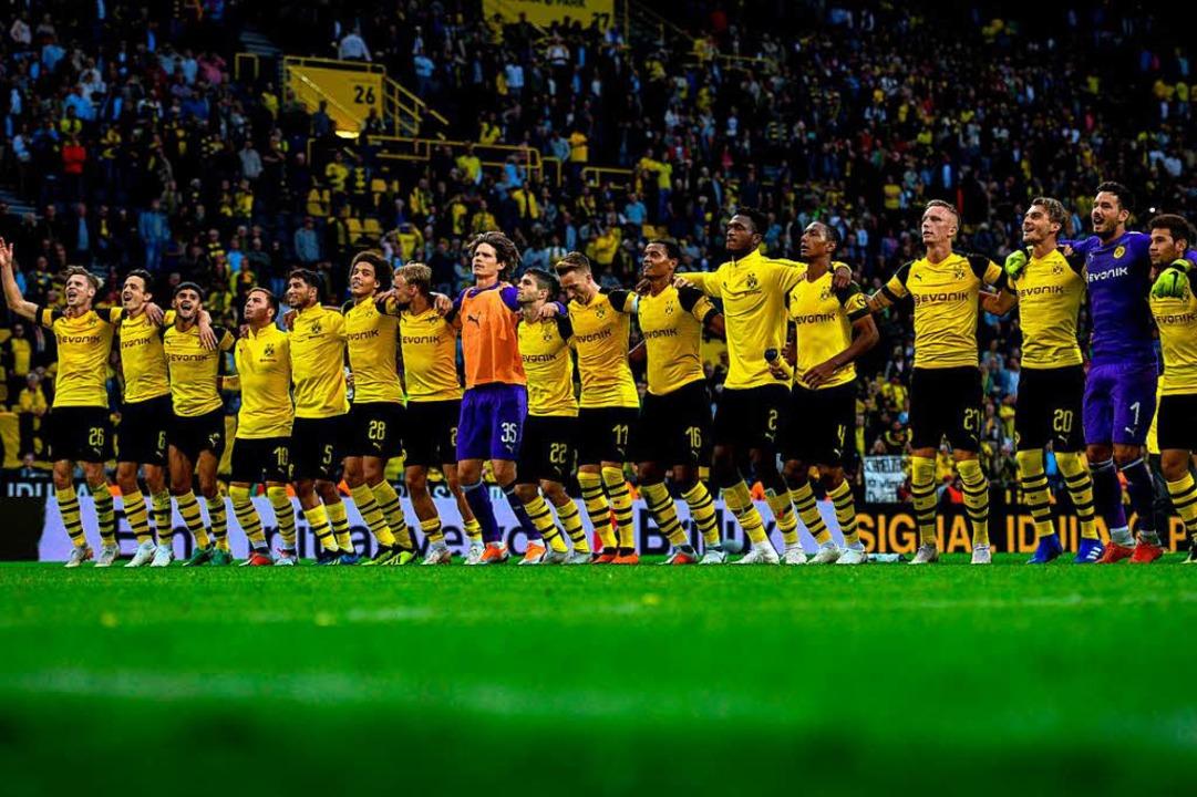 So sehen Sieger aus: Die Spieler von B...lgreichen Saisonstart bei ihren Fans.   | Foto: AFP