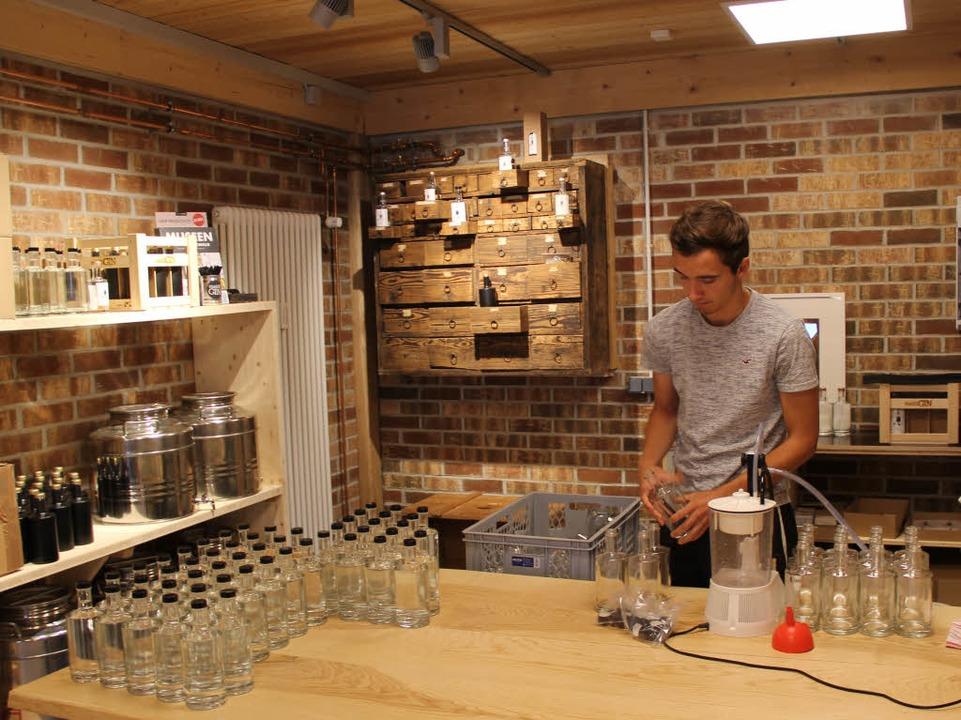 Philipp Wuchner beim Befallen der Flaschen.    Foto: Anna Lob