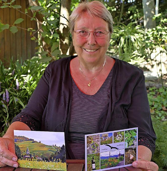 Anne Welk mit zwei der Ansichtskarten von Ehrenkirchen    Foto: Nikola Vogt