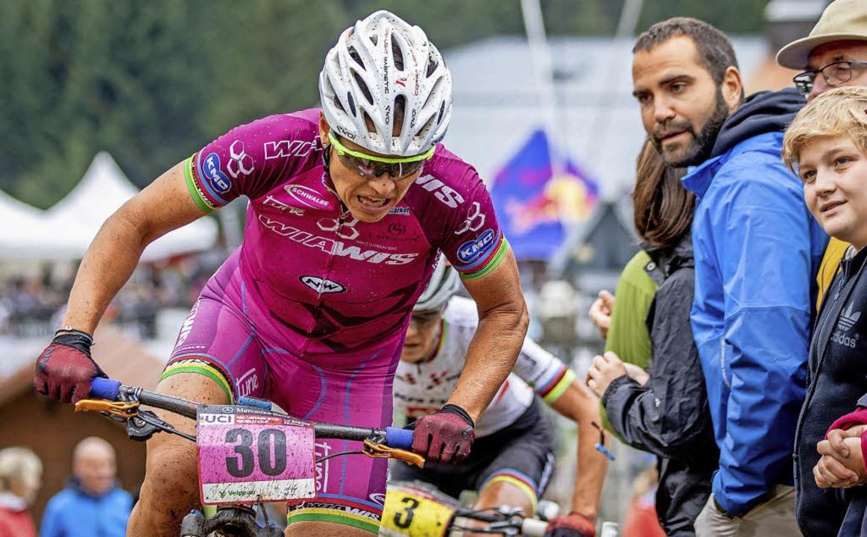 Bewundernde Blicke der Zuschauer für d... des Mountainbike-Sports: Sabine Spitz  | Foto: Max Fuchs/Ego Promotion