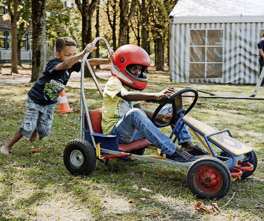 Elvis (links) und Wisdom beim Kettcar-Fahren.  | Foto: Lynn Sigel