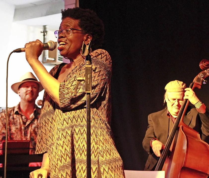 Jazz-Sängerin Brenda Boykin im Weinste...Luley und am Kontrabass Paul G. Ulrich  | Foto: Jennifer Ruh