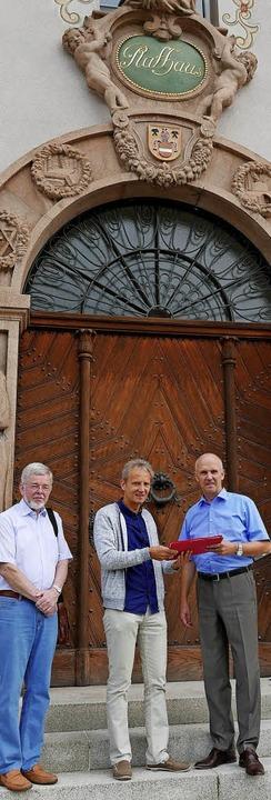 601 Unterschriften für das Bürgerbegeh...r Ahlers vor dem Münstertäler Rathaus   | Foto: Hans-Peter Müller