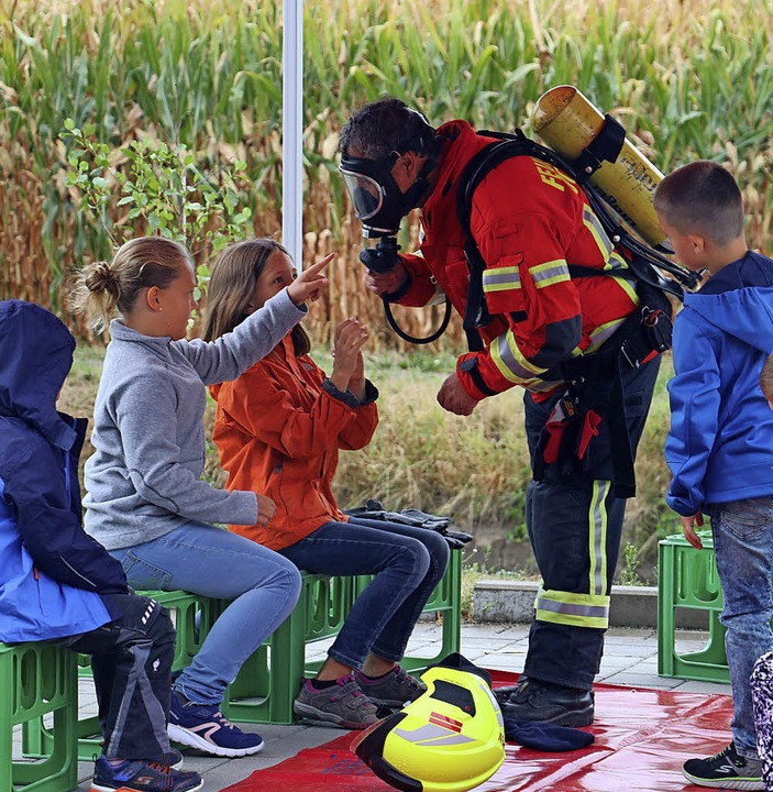Kinder inspizieren einen Atemschutzträger.   | Foto: Christa Rinklin