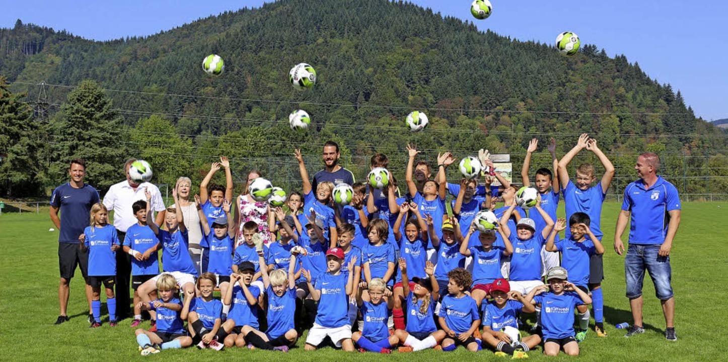Die jungen Teilnehmer des Fußballcamps...en Kopfmann-Gerwig (hinten von links)   | Foto: Karin Heiss