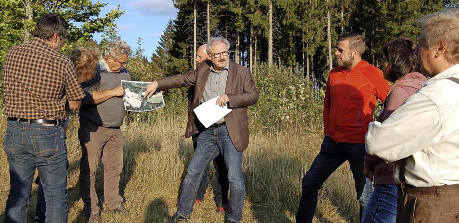 Bürgermeister Thomas Kaiser erklärt an...einde für den Ruhewald kaufen möchte.   | Foto: cr