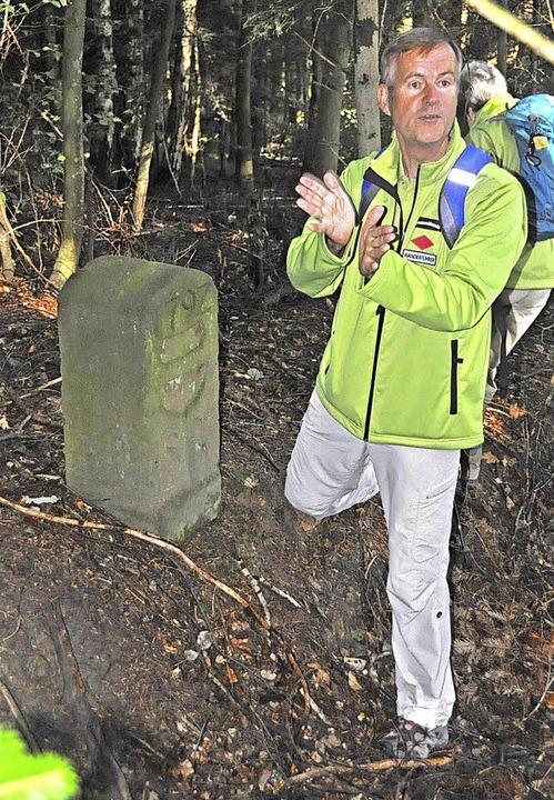 Wanderführer Klaus Holz zeigt einen Gr... hier mit dem österreichischen Wappen.  | Foto: Herbert Geisler