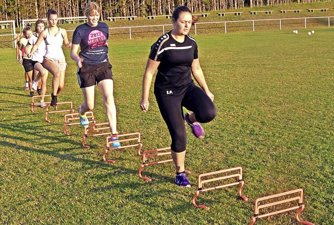Die B-Juniorinnen trainieren  auf dem ...in Höchenschwand für die neue Saison.   | Foto: Stefan Pichler